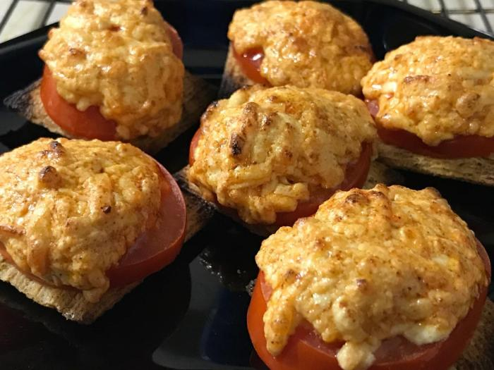 Broiled Tomato Cheese Triscuits